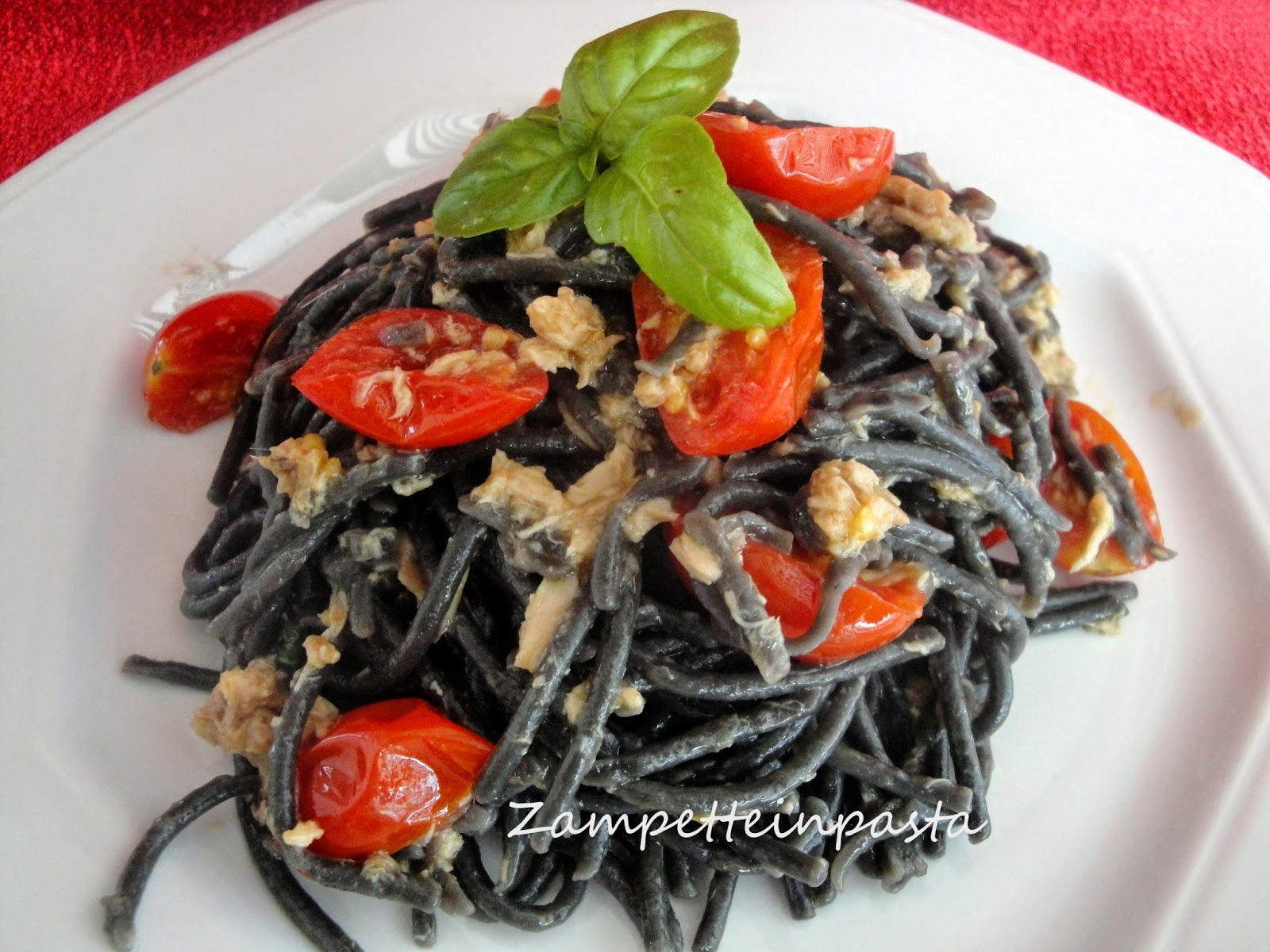 Spaghetti al nero di seppia con tonno e pomodorini