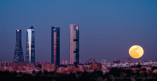 4 torres de Madrid y luna llena de sangre