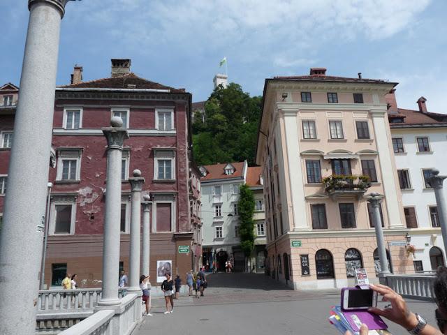 Foto del Puente de las columnas Liubliana con el Castillo al fondo. Ruta en autocaravana por Eslovenia | caravaneros.com