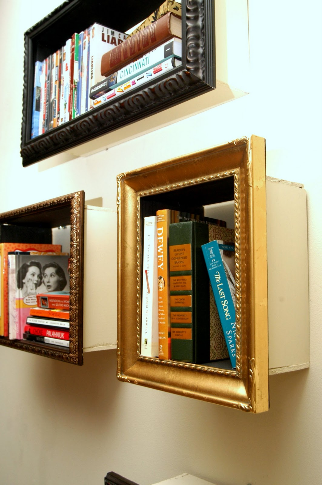 hacer una estantería con marcos de cuadros