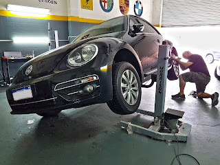 Sacabollo al VW Beetle y corrección de rayas en la zona