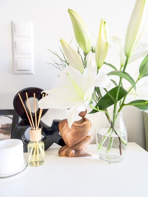 Valkoisia liljoja, 50 luvun lipasto, perintölipasto, viikkokatsaus
