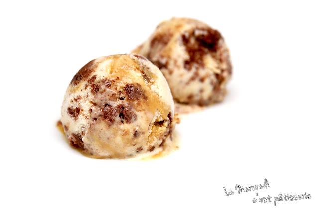 Crème glacée à la vanille, cookies au chocolat et caramel beurre salé