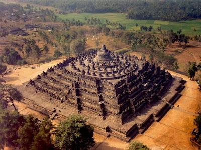 juta balok kerikil vulkanik dan disatukan menjadi pahatan kerikil candi yang luar biasa menawan Candi Borobudur, Keajaiban Dunia dari Indonesia