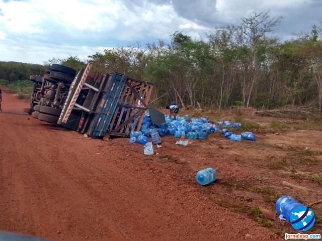 Caminhão transportando galões de água tomba próximo à Ladeira do Aposento