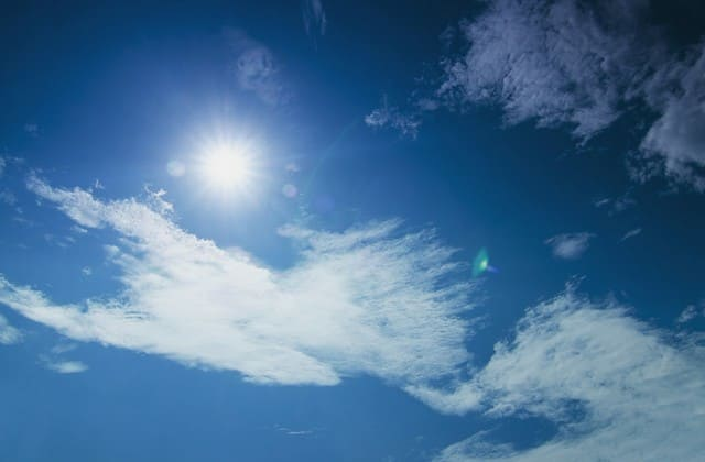 Sinar matahari memang memberi manfaat bagi kulit, tapi jika berlebihan justru membuat kulit keriput