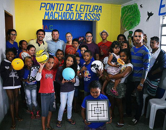 Prefeitura de Delmiro Gouveia entrega material esportivo para adolescentes e crianças do Mac