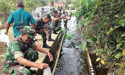 Di Pertengahan TMMD, 30 Ribu Benih Ikan Disebar di Sungai Belot