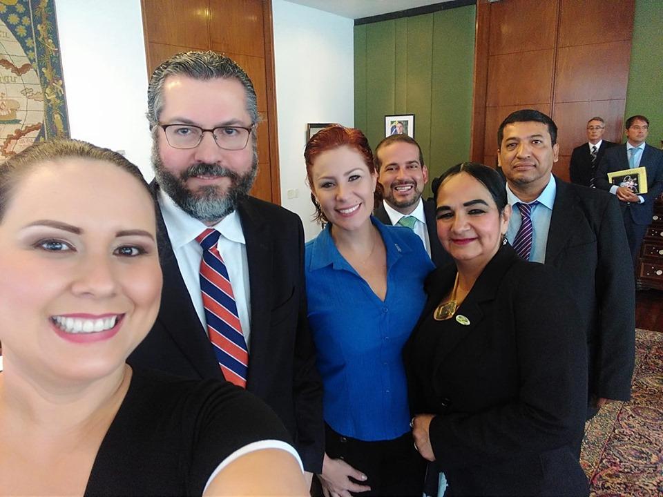 Zambelli junto al canciller Araújo y la comitiva del 21F que estuvo en Brasil la pasada semana / FACEBOOK LAS CALLES BOLIVIA
