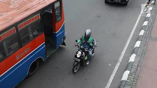 Pengemudi yang mengoperasikan fitur global positionig system (GPS) di telepon pintarnya saat berkendara, bisa didenda sebesar Rp 750 ribu dan juga pidana kurungan selama tiga bulan penjara.