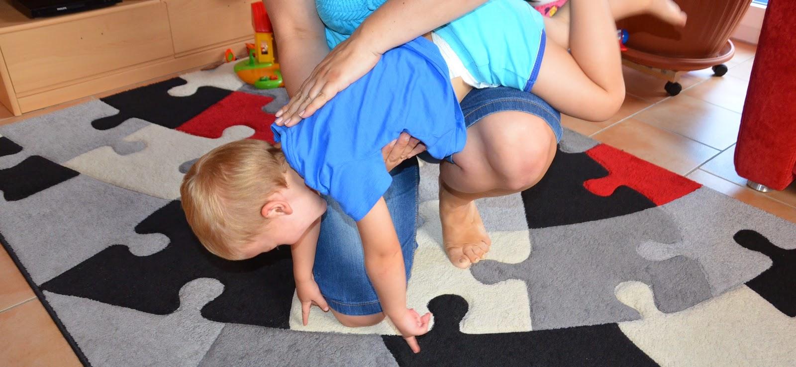 Kind auf den Rücken klopfen