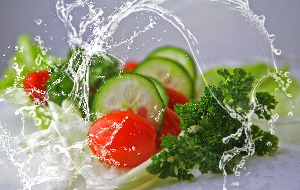 Alimentación saludable, alimentos que nos ayudan a bajar de peso, vegetales picados