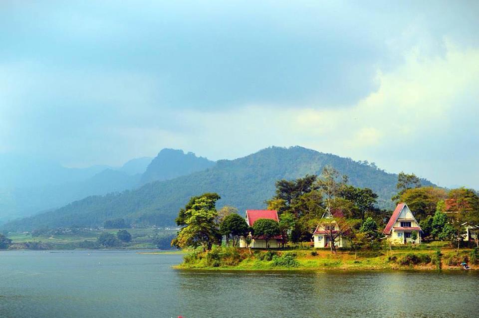 Bendungan Selorejo salah satu tempat wisata di Malang yang keren