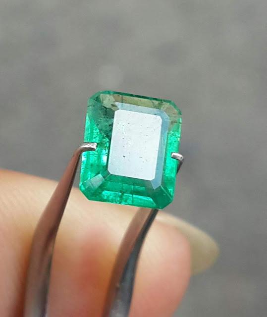 Đá Emerald Ngọc Lục Bảo thiên nhiên bao kiểm định PNJ