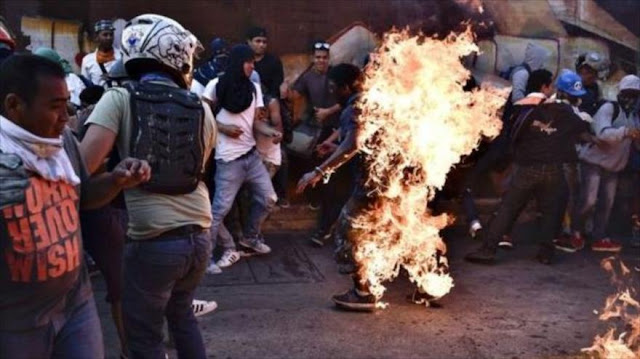 Muere joven quemado por terroristas en una protesta en Venezuela