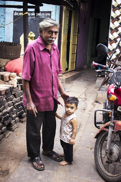 granddfather, grandson, kumbharwada, dharavi, mumbai, india, street photography, streetphoto,