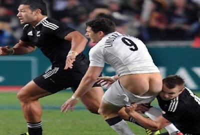 Gambar Foto Lucu Konyol Pemain Sepak bola lepas celana terlihat pantat