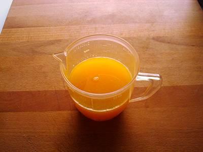 Spremere le arance e filtrare il succo