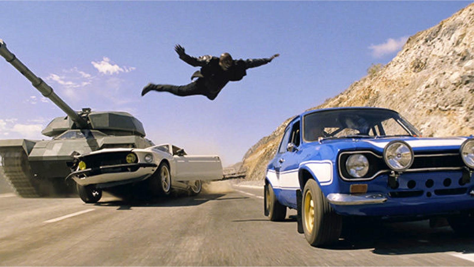 Espectacular carrera entre el tanque y el equipo de Toretto