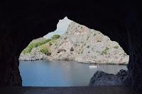 Vistas de la cala de Sa Calobra desde una ventana en una cueva