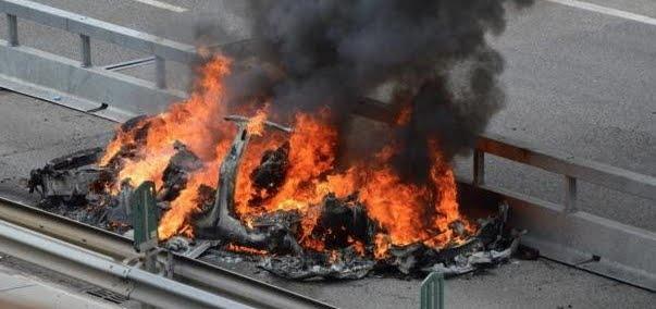 Muore bruciato dentro un'Auto Tesla dotata del sistema Autopilot dopo un incidente stradale