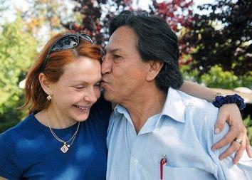 Foto de Alejandro Toledo besando a su esposa Eliane Karp