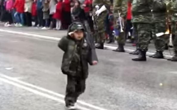 Ελληνόπουλο παρελασε με το χακι και με οπλο επ'ωμου!