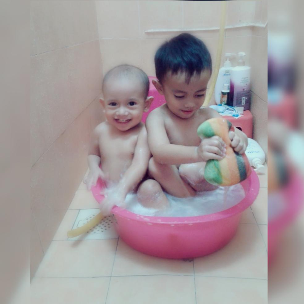 pujuk anak mandi Cara pujuk anak mandi, Tips mudah nak pujuk anak mandi, mandi buih sangat menyeronokkan Bagaimana Nak Ajak Anak Mandi