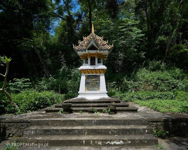 Pomnik przed jaskiniami Tham Piew