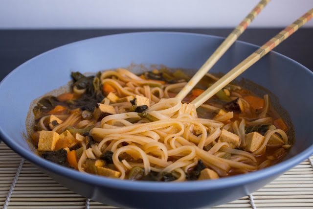 Sopa veggie con tofu y fideos de arroz