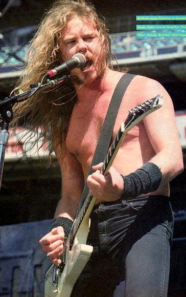 Foto de James Hetfield cantando en el escenario