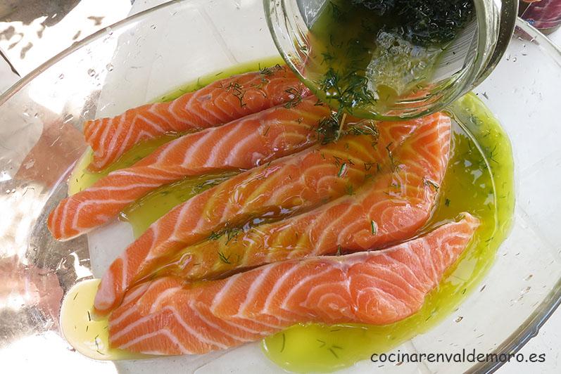 Echando la marinada al salmón