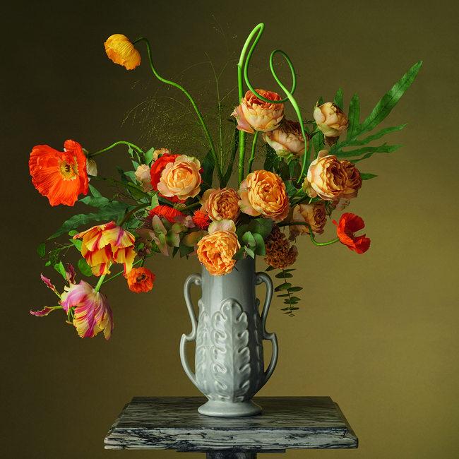 amapolas y rosas de color naranja en jarrón de cerámica