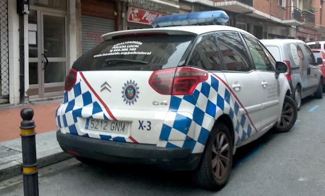 Coche patrulla estacionado junto a una cafetería de la calle Arrandi
