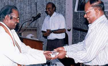 Dr Kirubanidhi, President of Bharatiya Janatha Party Tamilnadu and one of the senior political leaders presenting the memento to Mr T S Raghavan