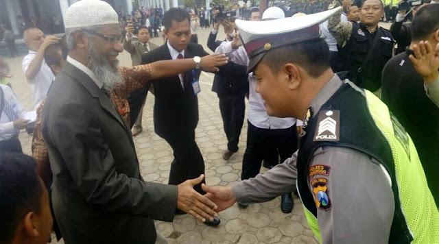 Video: Di Bekasi diancam akan dibubarkan, di Gontor Zakir Naik disambut pekikan takbir tentara dan polisi