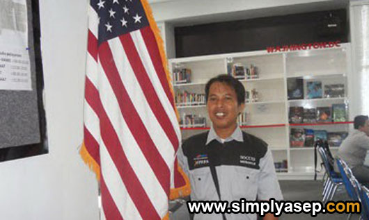 Its me with national flag of The United States Of America at American Corner (AMCOR) building at Tanjungpura University a few years ago.