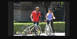 Kelly Brook en bicicleta