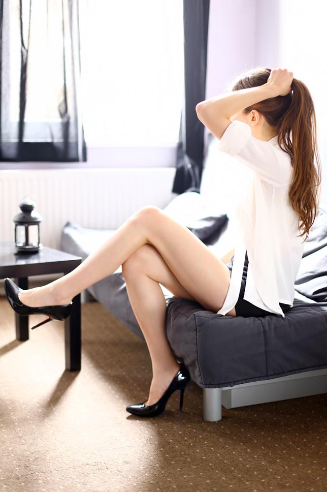 black pumps white shirt outfit