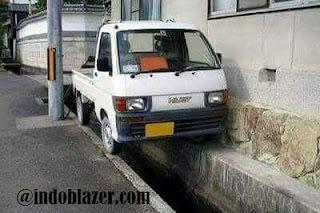 parkir keren diatas got