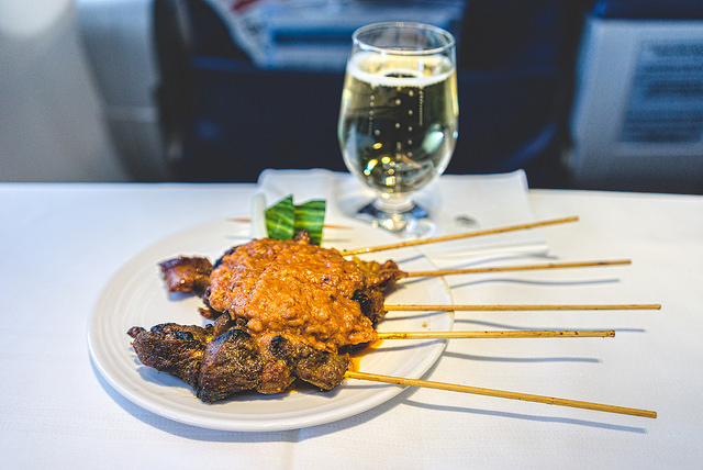 Brochettes de satay servies sur Malaysia Airlines | Photo of Rob M | Flickr | http://creativecommons.org/licenses/by-nc-nd/4.0/
