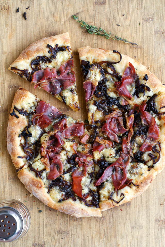 Brie, Prosciutto, and Caramelized Onion Pizza | thetwobiteclub.com