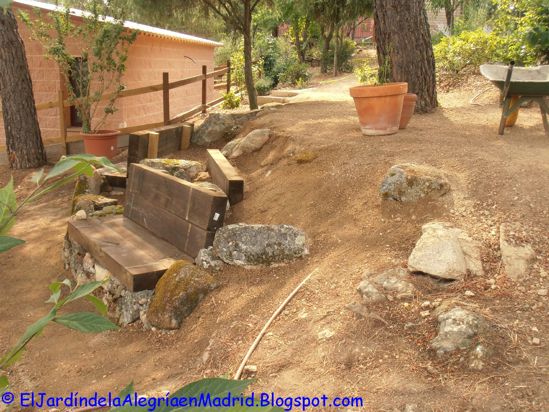 es primordial usar en la base de la rocalla piedras bien grandes pensemos que en esa zona es dnde la tierra ejerce ms fuerza para anclarlas bien se debe