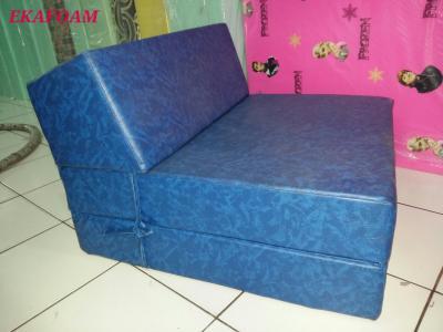 Sofa lipat inoac dengan sarung tahan air