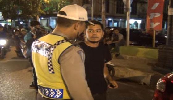 Video Seorang Pria Memaki Polisi Karena Ditegur Parkir Sembarangan