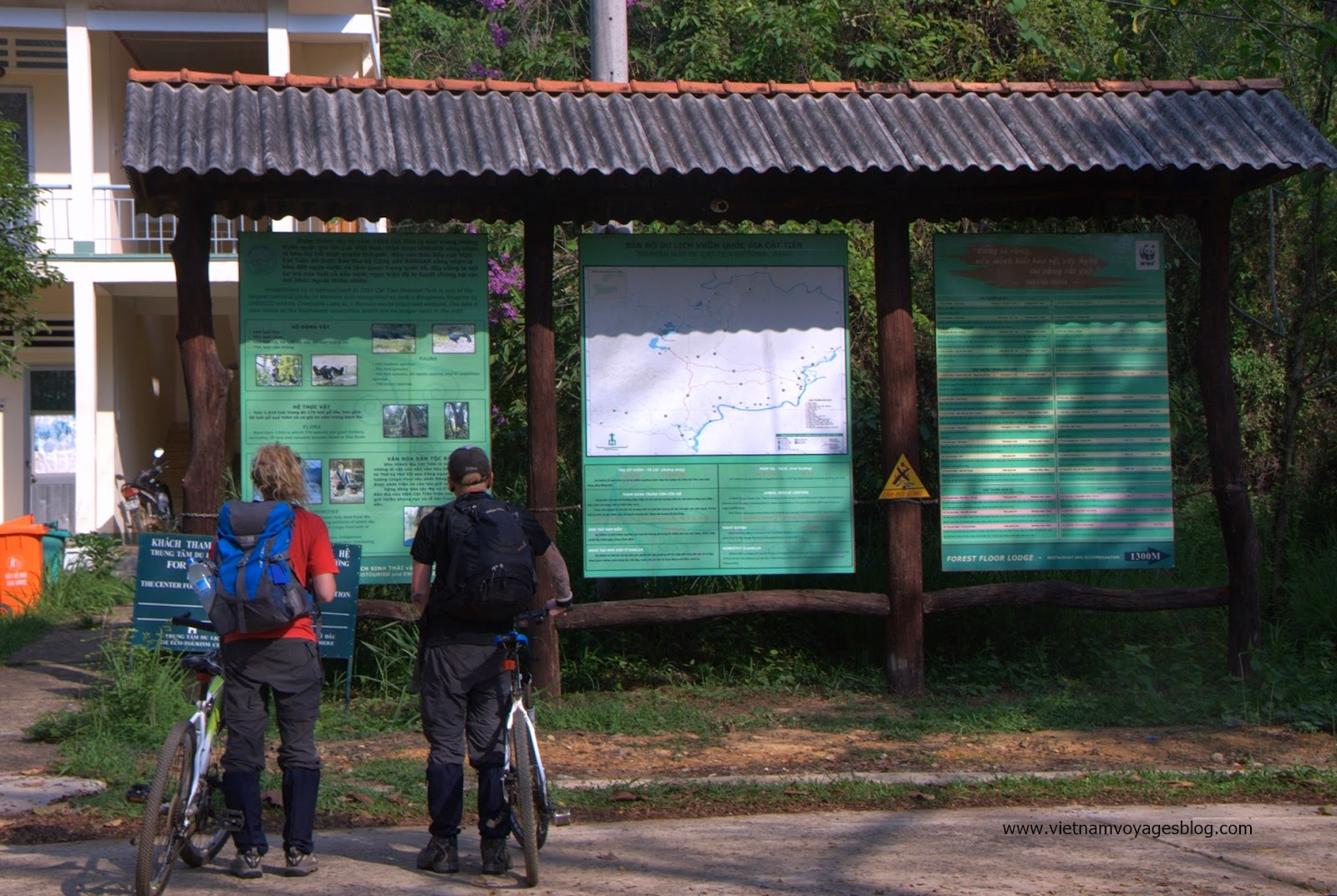 Du khách đang xem bảng chỉ đường trong khu du lịch Vườn Quốc Gia Nam Cát Tiên