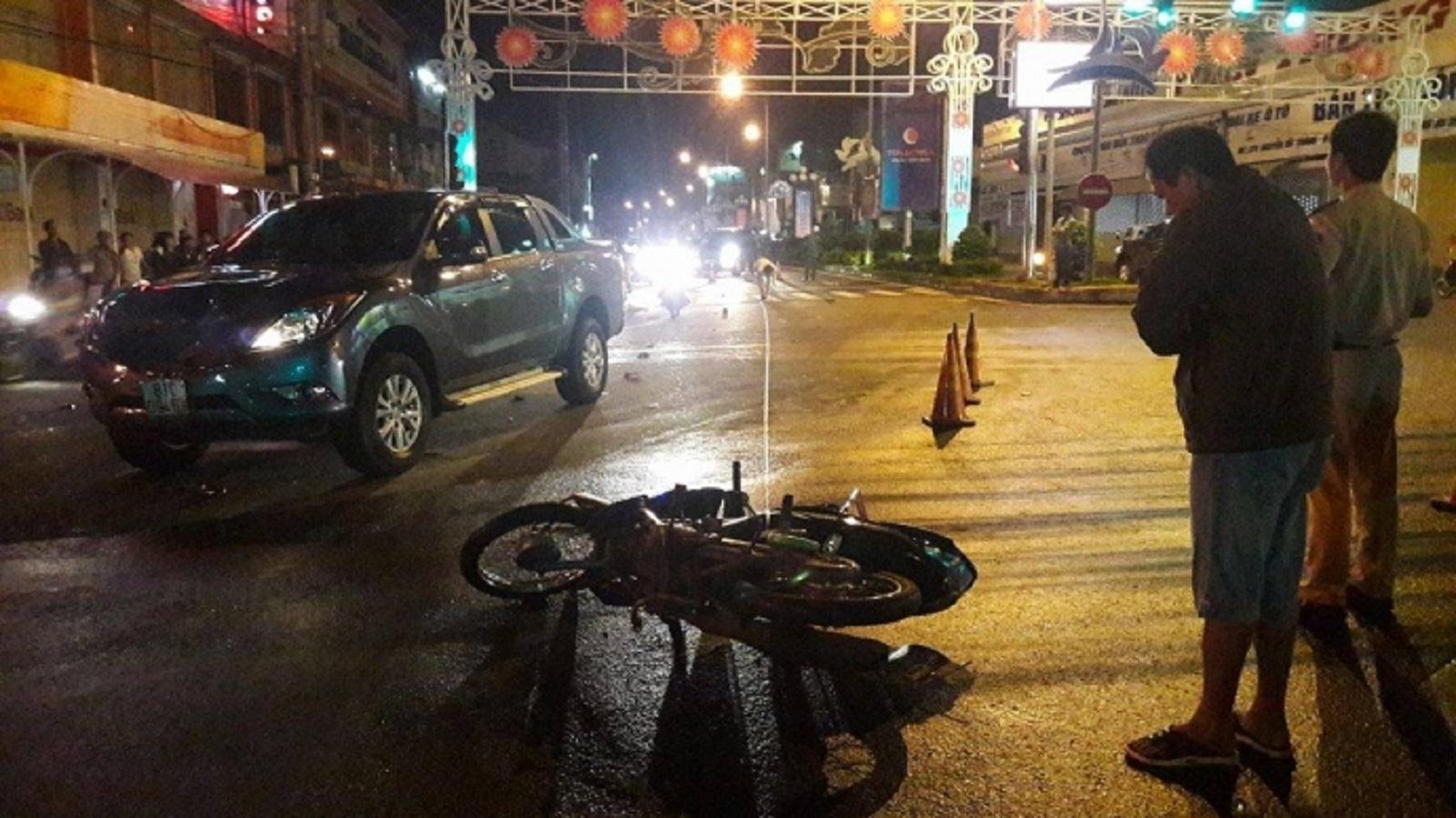 Gia Lai: Xe bán tải húc văng 2 xe máy dừng đèn đỏ