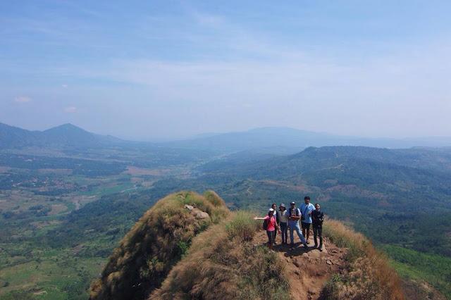 foto pemandangan di puncak gunung batu jonggol