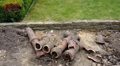 Tuberias de agua rotas en jardín