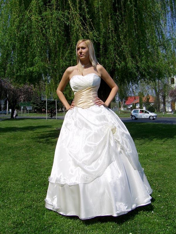 e5cd9828f2 Menyasszonyi ruhák. Egy nagyon szép krém színű ruha ...